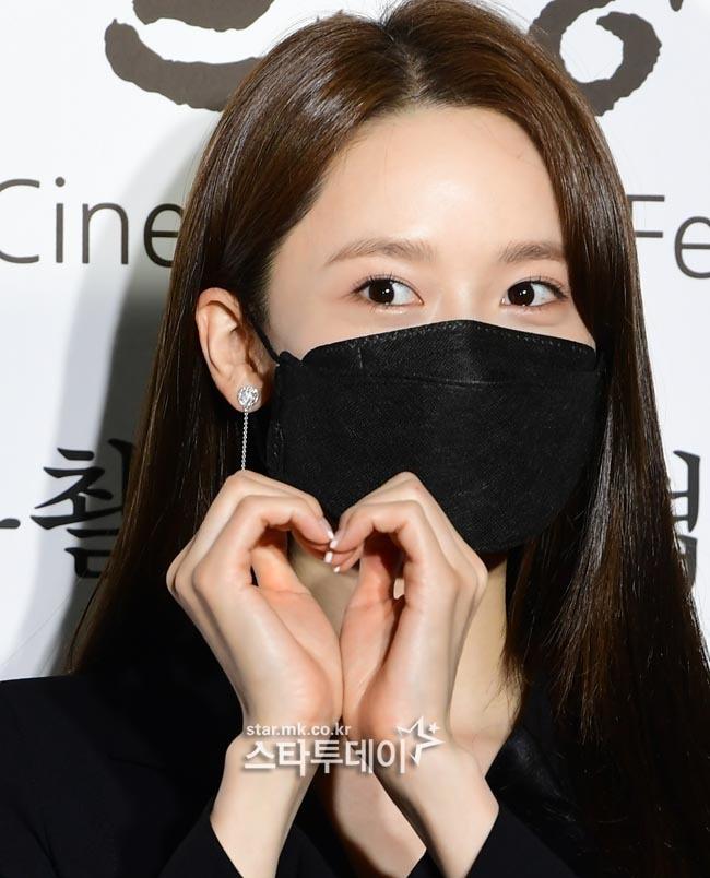"""Thảm đỏ quy tụ dàn sao Hàn cực """"hot"""": Nữ thần Yoona lộ nửa mặt vẫn xinh, Lee Kwang Soo (Running Man) tạo dáng """"tấu hài"""" - Ảnh 1."""