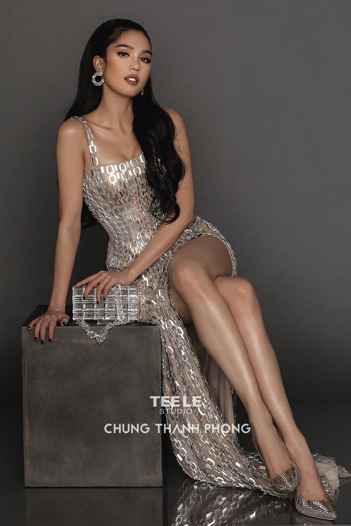 Nữ danh ca Hollywood thả dáng trong thiết kế của NTK Chung Thanh Phong, bộ đầm ánh kim tương tự bộ Ngọc Trinh từng khoe dáng - Ảnh 4.