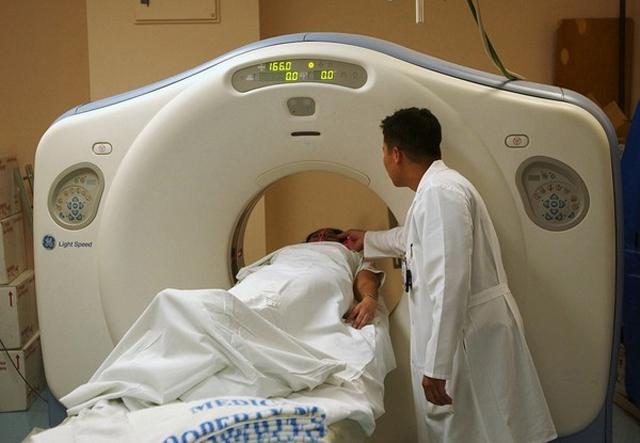 Thiếu niên 15 tuổi cổ sưng tấy, ngỡ là mụn trứng cá nên uống thuốc điều trị, đến bệnh viện được chẩn đoán ung thư - Ảnh 1.