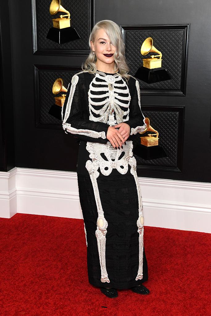 """6 pha ăn mặc như """"tấu hài"""" tại Grammy 2021: Bộ đầm kéo tận rốn lộ gần hết vòng 1 chưa là gì khi có người bê nguyên bộ xương di động lên thảm đỏ - Ảnh 10."""