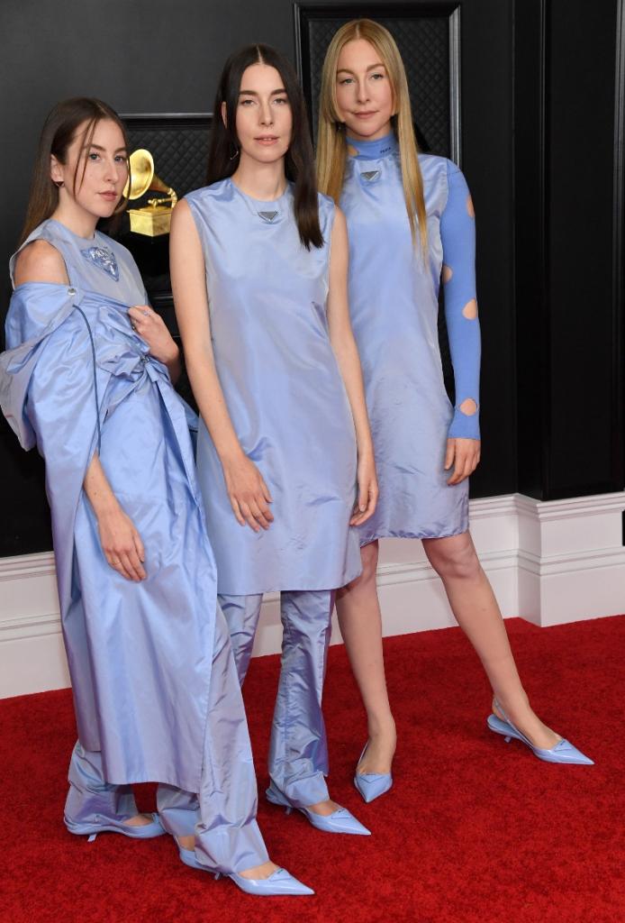 """6 pha ăn mặc như """"tấu hài"""" tại Grammy 2021: Bộ đầm kéo tận rốn lộ gần hết vòng 1 chưa là gì khi có người bê nguyên bộ xương di động lên thảm đỏ - Ảnh 13."""