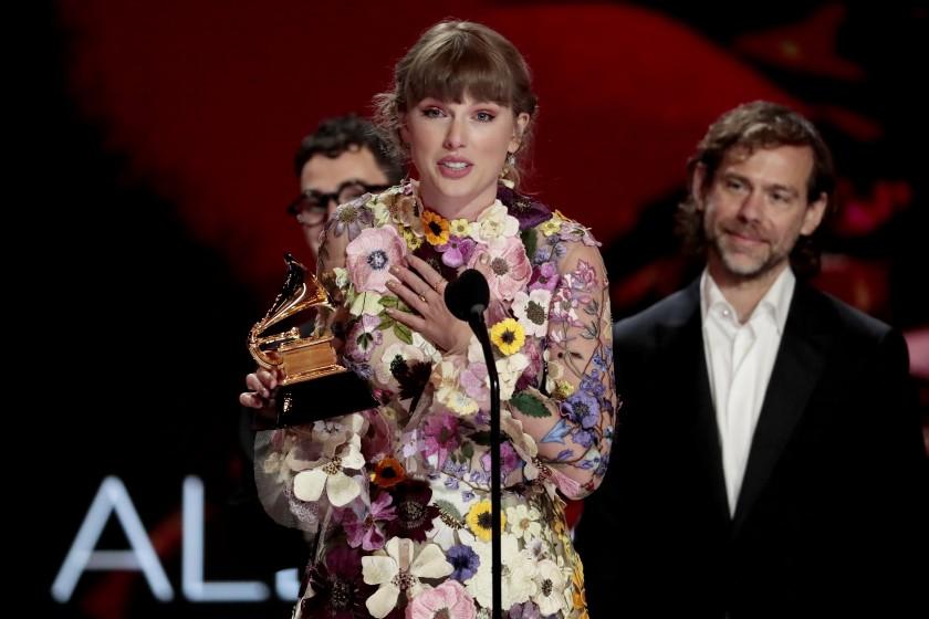 """Taylor Swift làm rách váy hơn 200 triệu ngay trên thảm đỏ Grammy 2021: Sau những giây phút """"hóp"""" cật lực và khoảnh khắc """"toang"""" - Ảnh 4."""