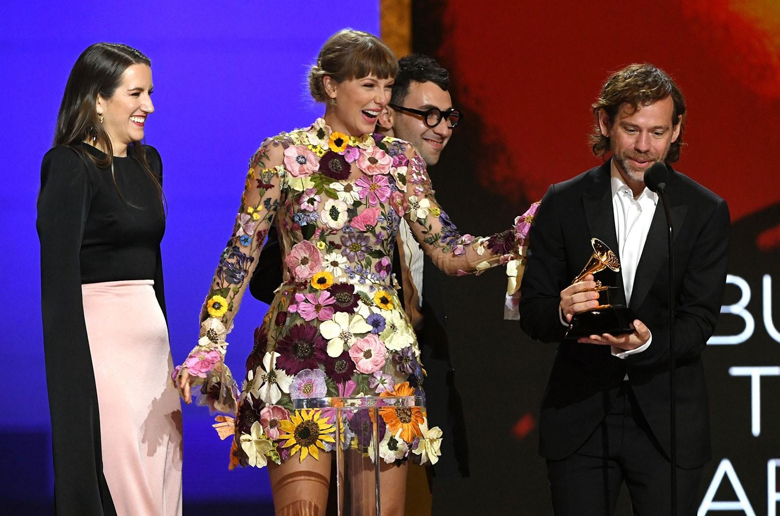 """Taylor Swift làm rách váy hơn 200 triệu ngay trên thảm đỏ Grammy 2021: Sau những giây phút """"hóp"""" cật lực và khoảnh khắc """"toang"""" - Ảnh 3."""