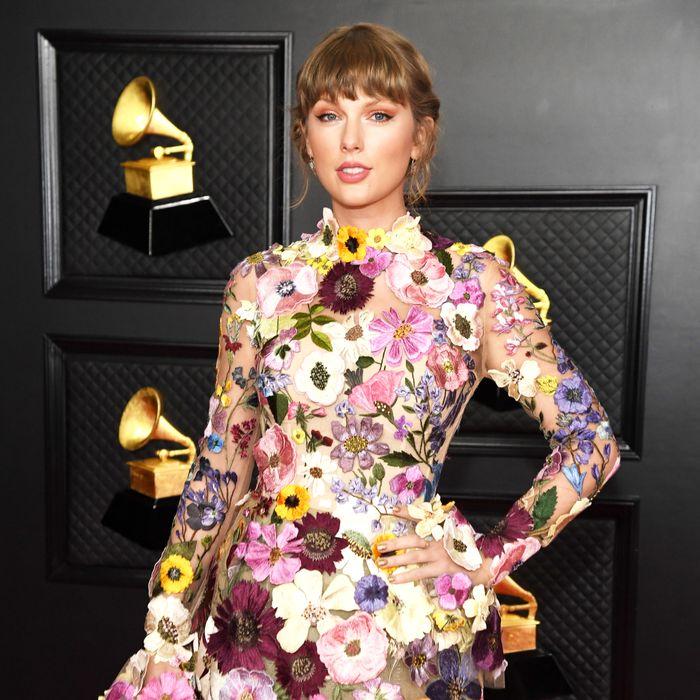 """Taylor Swift làm rách váy hơn 200 triệu ngay trên thảm đỏ Grammy 2021: Sau những giây phút """"hóp"""" cật lực và khoảnh khắc """"toang"""" - Ảnh 2."""