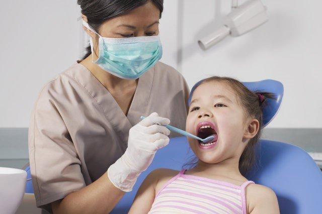 Địa chỉ khám răng cho bé ở Hà Nội: Mách bố mẹ 8 phòng khám uy tín kèm chi phí cụ thể, đỡ mất công đi hỏi khắp nơi - Ảnh 1.
