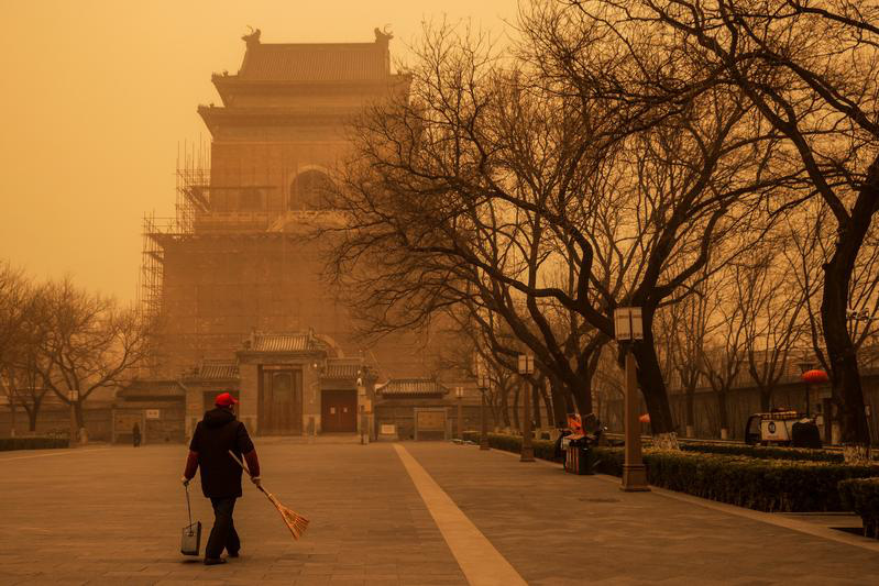 """Bão cát """"phủ bóng"""" thủ đô Trung Quốc, bầu trời chuyển màu cam - Ảnh 1."""