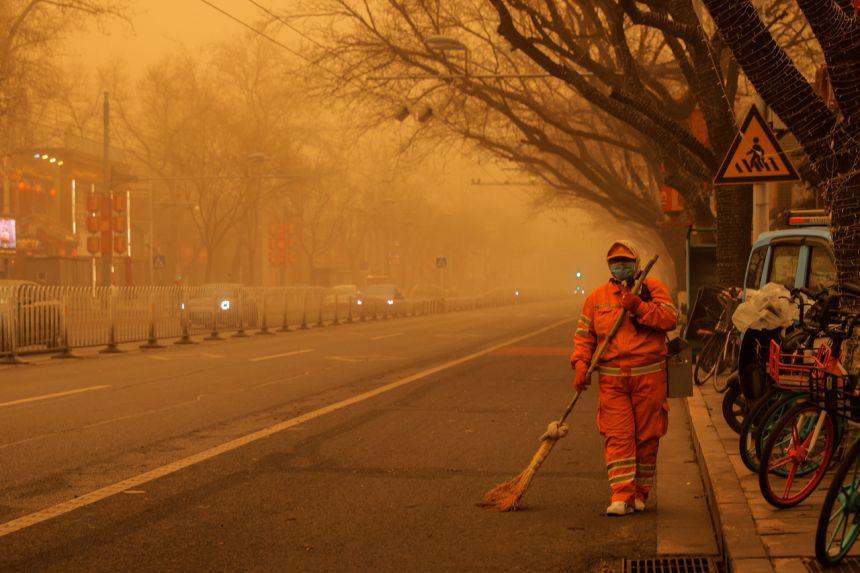 """Bão cát """"phủ bóng"""" thủ đô Trung Quốc, bầu trời chuyển màu cam - Ảnh 2."""