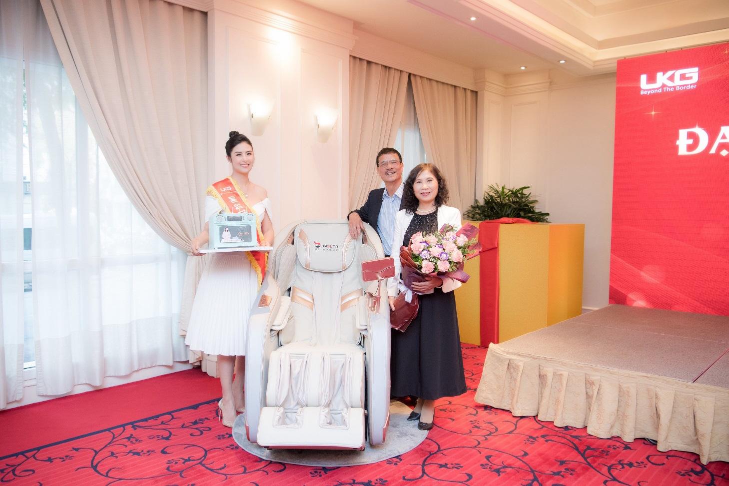 Hoa hậu Ngọc Hân tặng cha mẹ ghế massage Hasuta như món quà sức khỏe - Ảnh 1.