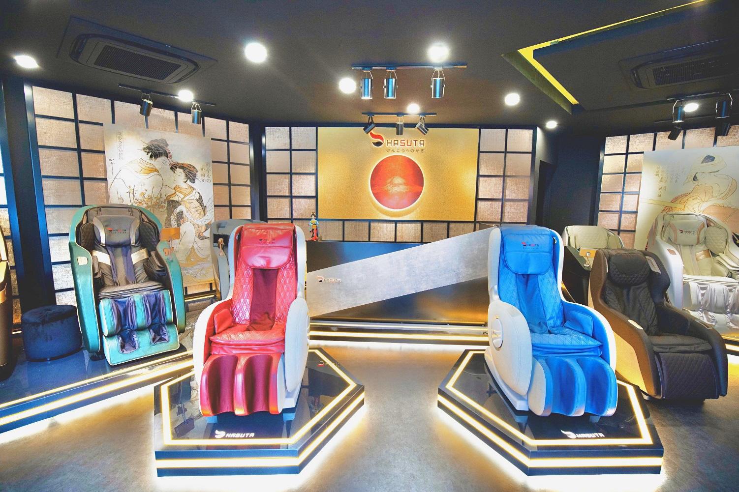 Hoa hậu Ngọc Hân tặng cha mẹ ghế massage Hasuta như món quà sức khỏe - Ảnh 2.
