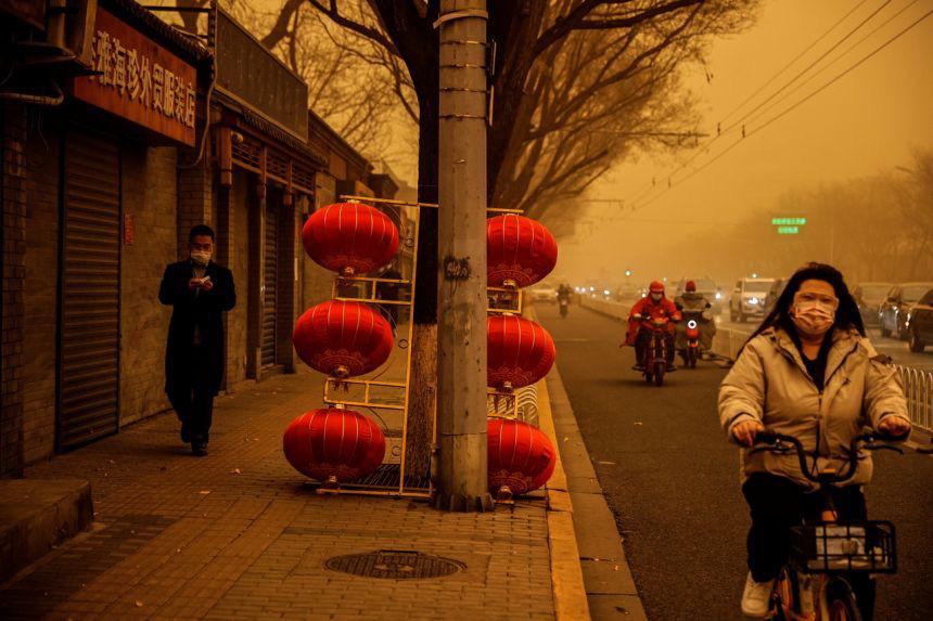 """Bão cát """"phủ bóng"""" thủ đô Trung Quốc, bầu trời chuyển màu cam - Ảnh 3."""