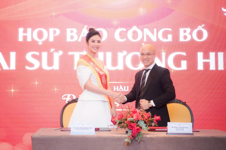 Hoa hậu Ngọc Hân tặng cha mẹ ghế massage Hasuta như món quà sức khỏe - Ảnh 3.