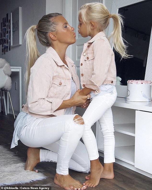 """Ngẩn ngơ trước bộ ảnh ngọt ngào mẹ và con gái lúc nào cũng mặc quần áo """"sinh đôi"""" kể cả khi đi chơi lẫn ở nhà - Ảnh 4."""