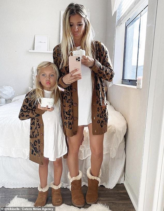 """Ngẩn ngơ trước bộ ảnh ngọt ngào mẹ và con gái lúc nào cũng mặc quần áo """"sinh đôi"""" kể cả khi đi chơi lẫn ở nhà - Ảnh 13."""