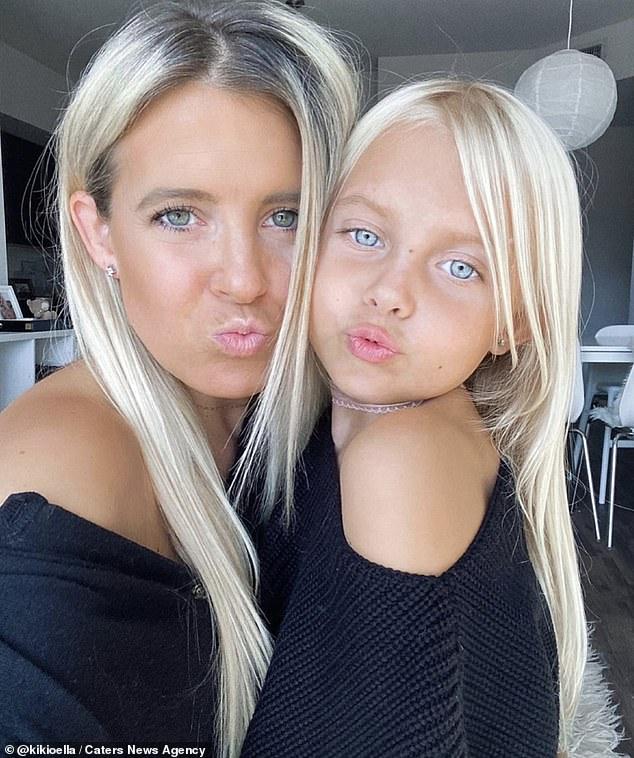 """Ngẩn ngơ trước bộ ảnh ngọt ngào mẹ và con gái lúc nào cũng mặc quần áo """"sinh đôi"""" kể cả khi đi chơi lẫn ở nhà - Ảnh 11."""
