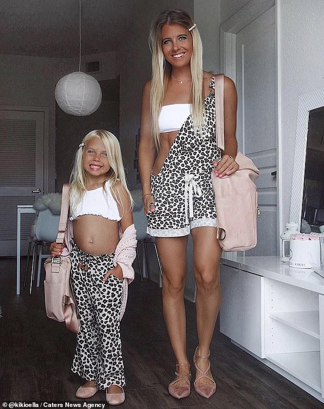 """Ngẩn ngơ trước bộ ảnh ngọt ngào mẹ và con gái lúc nào cũng mặc quần áo """"sinh đôi"""" kể cả khi đi chơi lẫn ở nhà - Ảnh 7."""