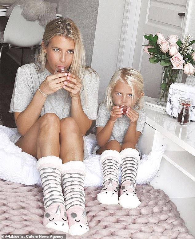 """Ngẩn ngơ trước bộ ảnh ngọt ngào mẹ và con gái lúc nào cũng mặc quần áo """"sinh đôi"""" kể cả khi đi chơi lẫn ở nhà - Ảnh 6."""