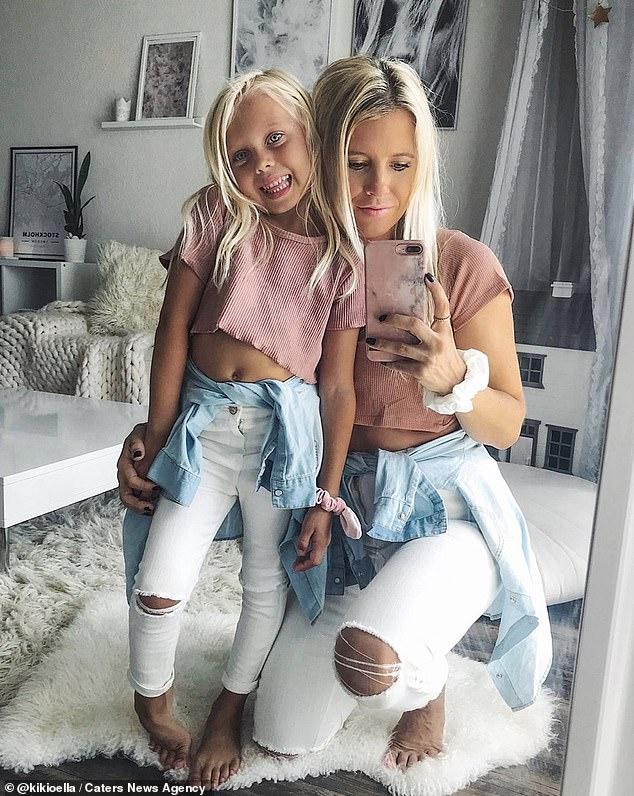 """Ngẩn ngơ trước bộ ảnh ngọt ngào mẹ và con gái lúc nào cũng mặc quần áo """"sinh đôi"""" kể cả khi đi chơi lẫn ở nhà - Ảnh 5."""