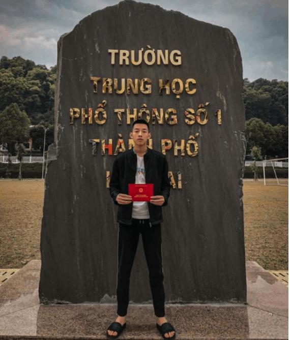 Nam sinh Lào Cai ngủ quên khiến cảnh sát phải gọi đi thi ngày ấy: Tưởng học không giỏi ai ngờ giỏi không tưởng, đã vậy còn đẹp trai và có hành động khiến ai cũng khen tốt tính - Ảnh 2.