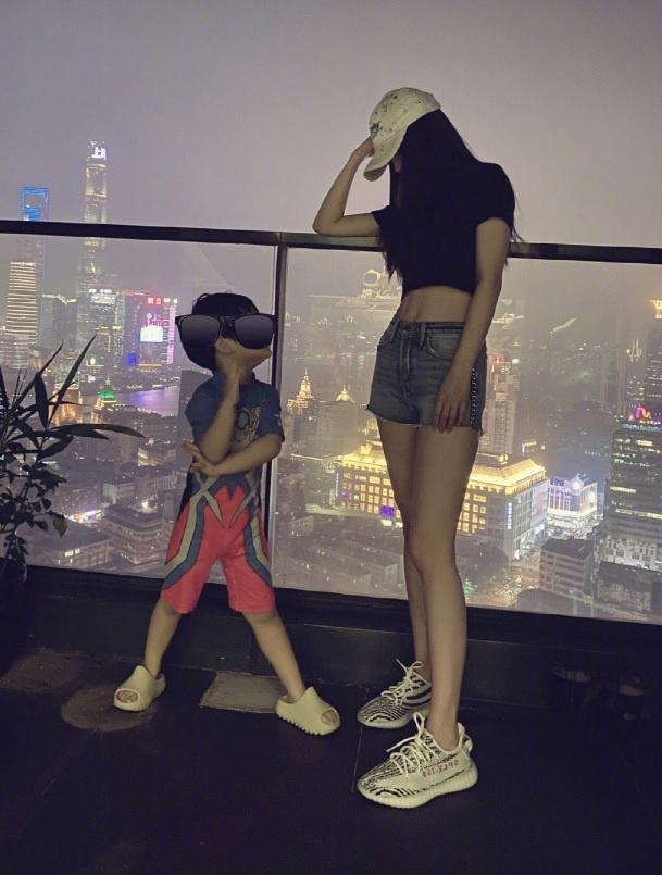 Giữa lúc tin đồn ly hôn Huỳnh Hiểu Minh đang căng thẳng, Angelababy lại công khai diện đồ đôi với một người đặc biệt - Ảnh 2.