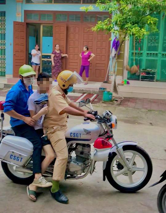 Nam sinh Lào Cai ngủ quên khiến cảnh sát phải gọi đi thi ngày ấy: Tưởng học không giỏi ai ngờ giỏi không tưởng, đã vậy còn đẹp trai và có hành động khiến ai cũng khen tốt tính - Ảnh 1.