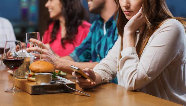 Sử dụng điện thoại thông minh và mạng xã hội gây chứng nghiến răng và đau cơ hàm - Ảnh 1.