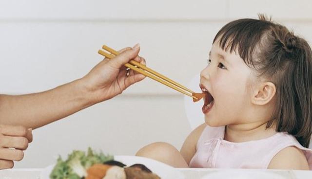 Bé gái 5 tuổi có biểu hiện thèm ăn, khát nước kéo dài 10 ngày, mẹ kinh ngạc khi nghe chẩn đoán của bác sĩ - Ảnh 1.