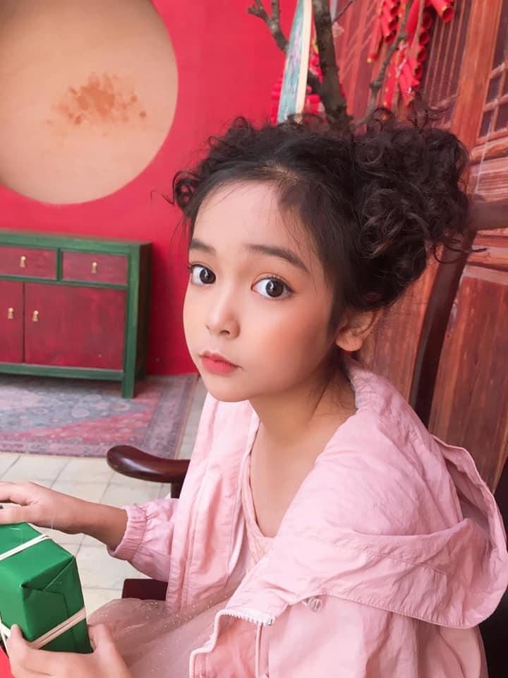 Netizen tranh cãi việc bé Cami (Hướng Dương Ngược Nắng) được bố mẹ và ekip cho trang điểm đậm: Nên hay không nên? - Ảnh 6.