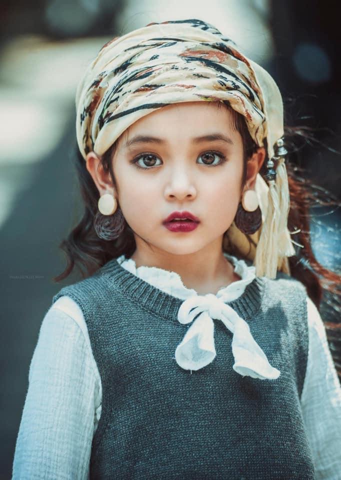 Netizen tranh cãi việc bé Cami (Hướng Dương Ngược Nắng) được bố mẹ và ekip cho trang điểm đậm: Nên hay không nên? - Ảnh 2.