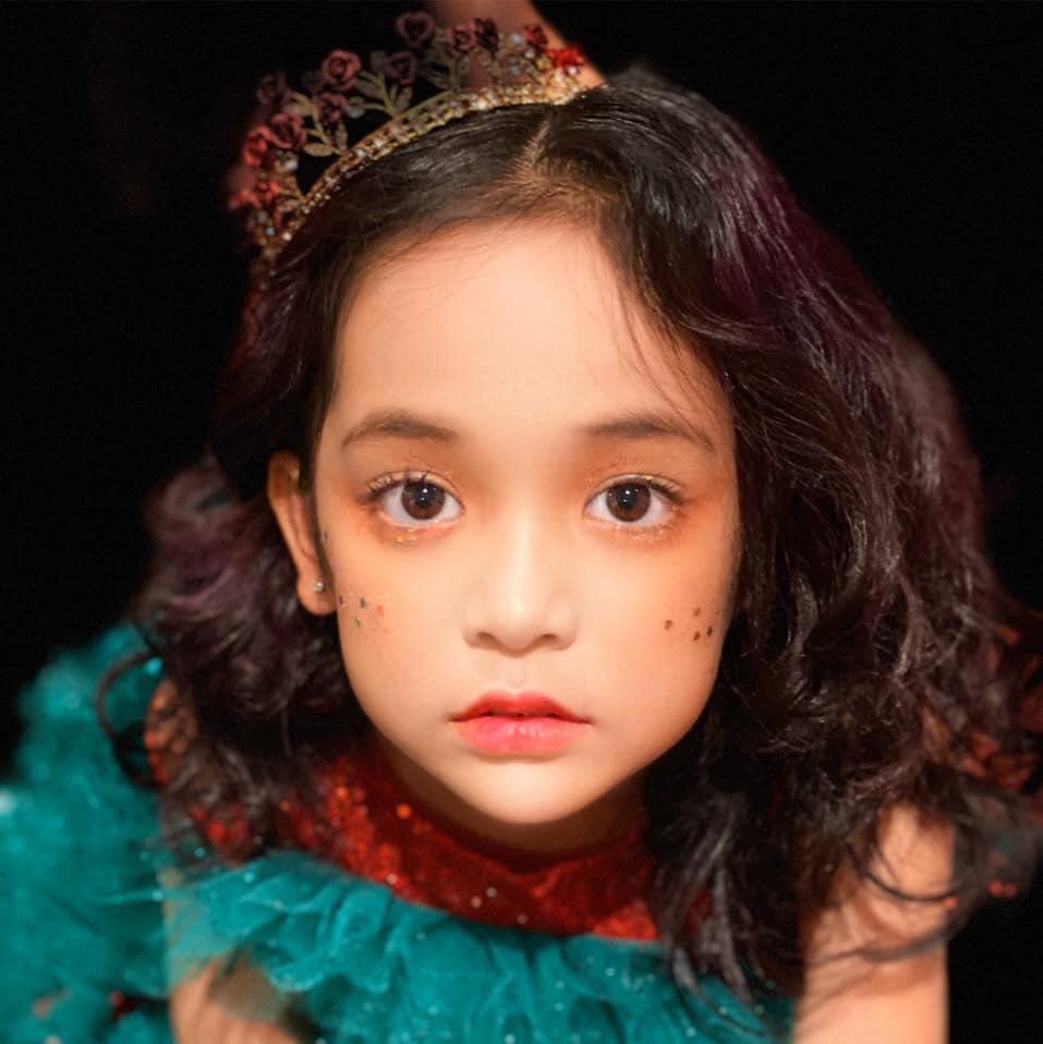 Netizen tranh cãi việc bé Cami (Hướng Dương Ngược Nắng) được bố mẹ và ekip cho trang điểm đậm: Nên hay không nên? - Ảnh 4.