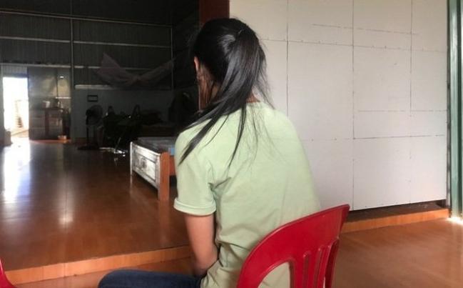 Hà Nội: Phẫn nộ nữ sinh lớp 10 bị bạn lột áo và kéo lê trên đường - Ảnh 1.