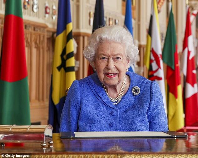 """Nữ hoàng Anh buồn nhưng không giận Harry, vợ chồng Công nương Kate tiếp tục lộ diện thách thức """"cơn bão' nhà Sussex  - Ảnh 1."""