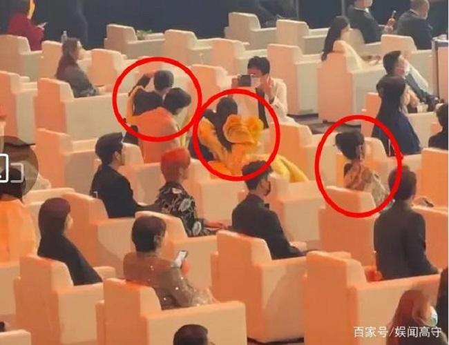 Triệu Lệ Dĩnh bị cô lập ở Đêm hội Weibo, ngồi một mình chẳng có ai tiếp chuyện? - Ảnh 1.