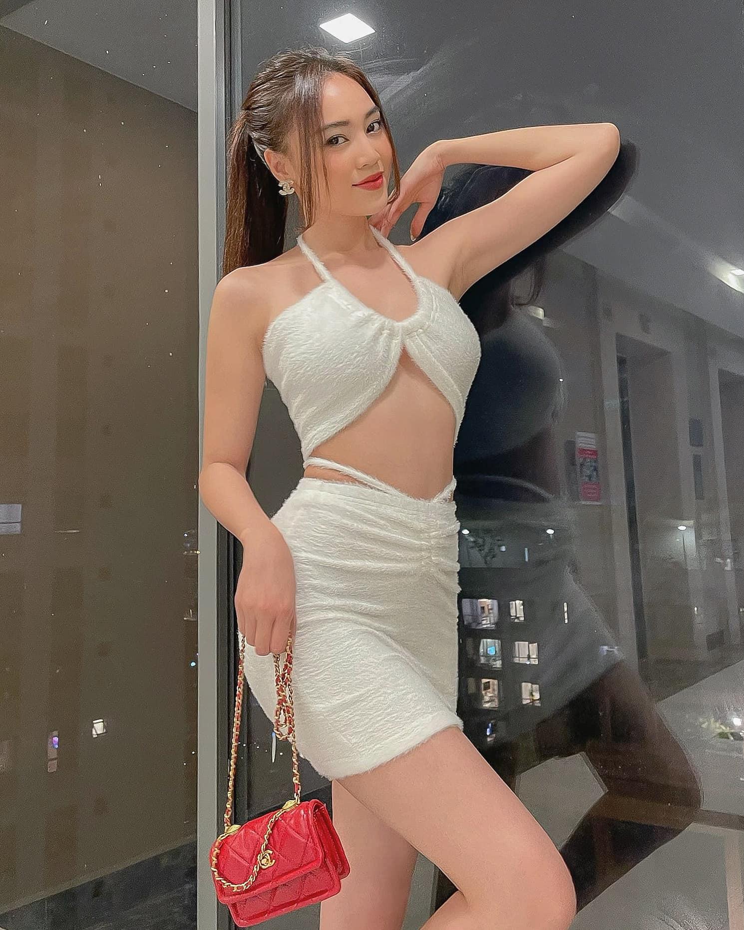 Ninh Dương Lan Ngọc có cả loạt váy áo hở bạo ít ai dám mặc, khoe body sexy bỏng mắt dân tình - Ảnh 1.