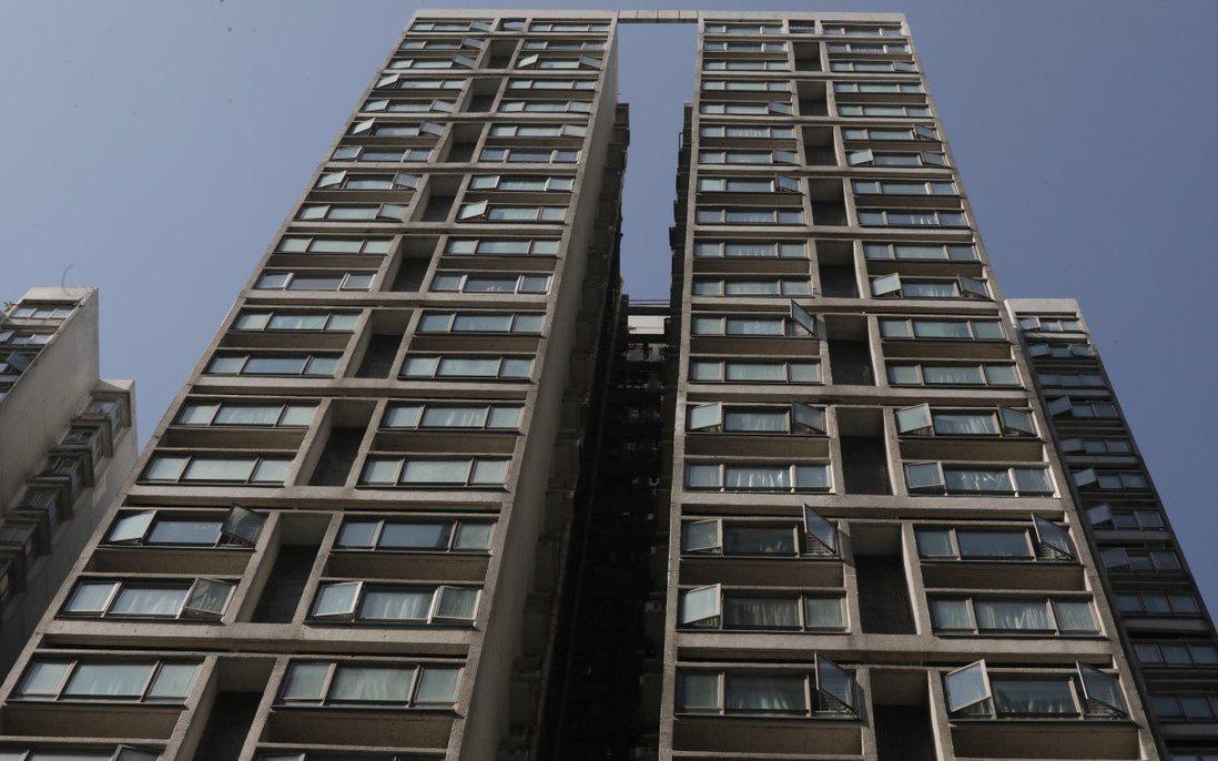 Bé trai 9 tuổi tử vong thương tâm sau khi rơi từ cửa sổ tầng 15 của chung cư Hong Kong