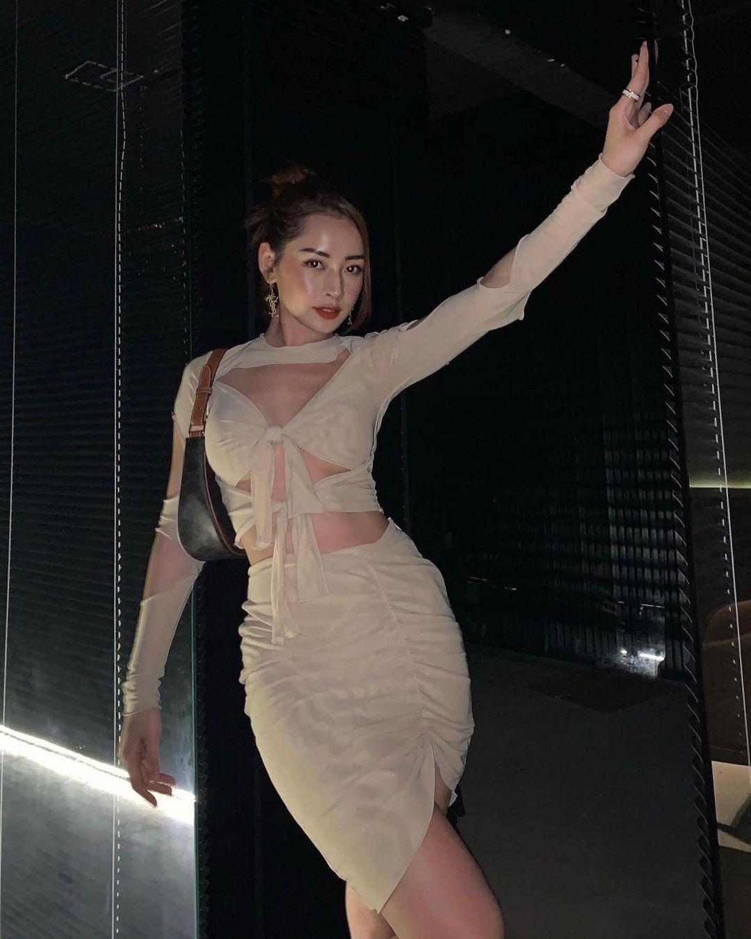 Đụng váy cut-out táo bạo: Hoàng Thuỳ khoe chân dài nhưng Chi Pu mới chiếm sóng nhờ body chuẩn như chai Coca - Ảnh 2.