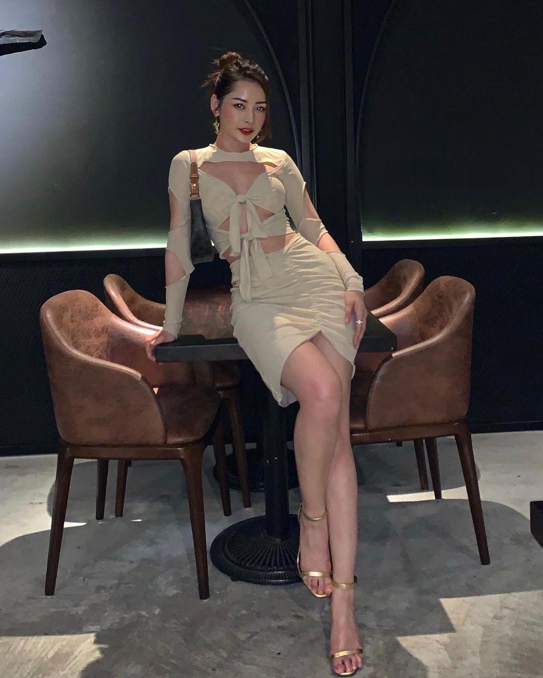Đụng váy cut-out táo bạo: Hoàng Thuỳ khoe chân dài nhưng Chi Pu mới chiếm sóng nhờ body chuẩn như chai Coca - Ảnh 1.