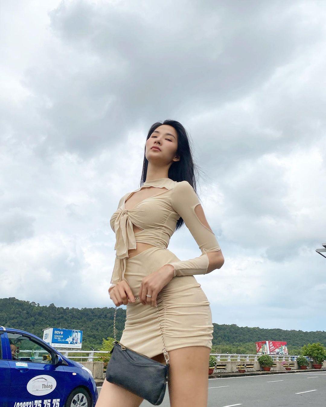 Đụng váy cut-out táo bạo: Hoàng Thuỳ khoe chân dài nhưng Chi Pu mới chiếm sóng nhờ body chuẩn như chai Coca - Ảnh 4.