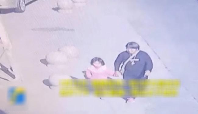 Bé gái bị bắt cóc ngay trước cửa nhà, bố mẹ lúc tìm thấy con thì sợ điếng người vì hung thủ quá đỗi xảo quyệt! - Ảnh 1.