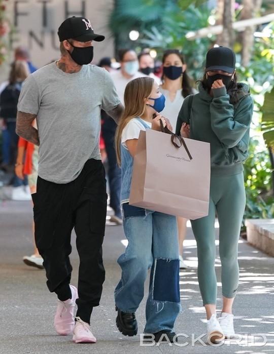 """Vóc dáng cao lớn phổng phao của con gái David Beckham chiếm """"spotlight"""" khi xuất hiện bên bố mẹ - Ảnh 1."""