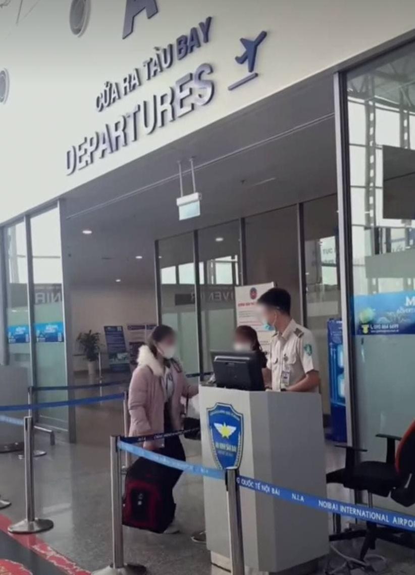 Nhói lòng cảnh mẹ trẻ khóc nức nở ôm con giữa sân bay 004