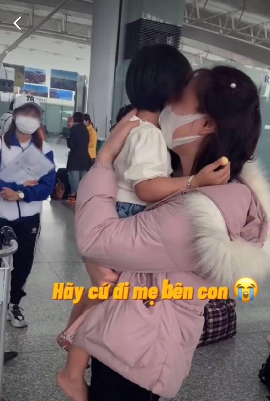 Nhói lòng cảnh mẹ trẻ khóc nức nở ôm con giữa sân bay 003