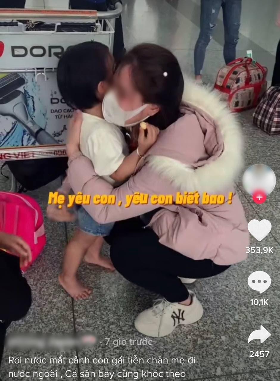 Nhói lòng cảnh mẹ trẻ khóc nức nở ôm con giữa sân bay 002