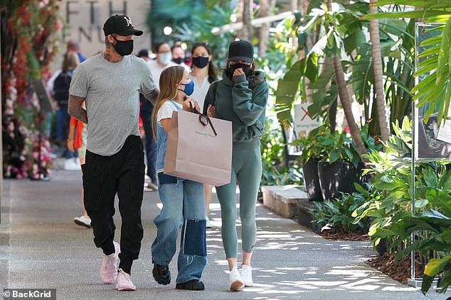 """""""Công chúa út"""" Harper nhà David Beckham """"chiếm sóng"""" khi xuất hiện bên bố mẹ, nhưng tài trang điểm mới khiến nhiều người bất ngờ - Ảnh 1."""
