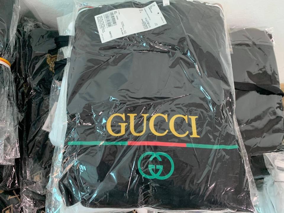 """Bắt kho hàng """"khủng"""" chứa hàng vạn sản phẩm giả LV, Gucci, Nike"""