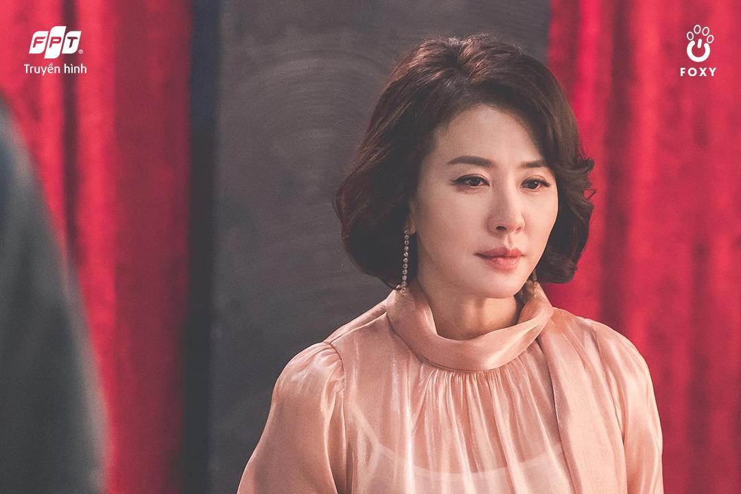 Cú đổi màu ngoạn mục giữa 'ác nữ' Lee Yoo Ri và 'bà mẹ quốc dân' Lee Il Hwa trong Ngàn Lời Nói Dối 002