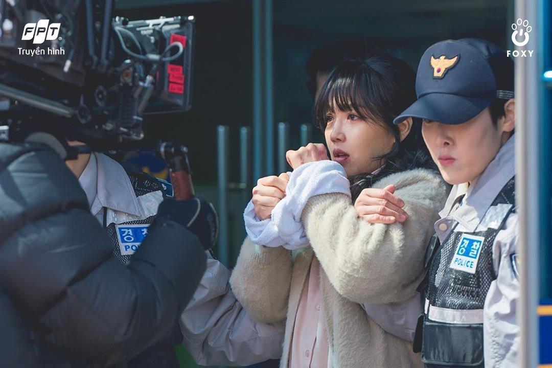 Cú đổi màu ngoạn mục giữa 'ác nữ' Lee Yoo Ri và 'bà mẹ quốc dân' Lee Il Hwa trong Ngàn Lời Nói Dối 003