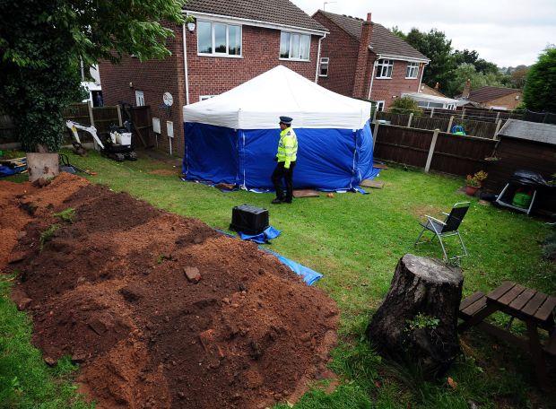 """Mảnh vườn trồng cây nào cũng """"chết yểu"""", người phụ nữ chẳng mảy may nghi ngờ cho đến khi cảnh sát tìm thấy 2 thi thể bên dưới - Ảnh 3."""
