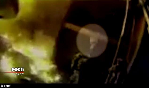 Giữa biển lửa dữ dội, cha nhanh trí ném các con ra khỏi ban công, giúp cả nhà 12 người sống sót nhiệm màu 001