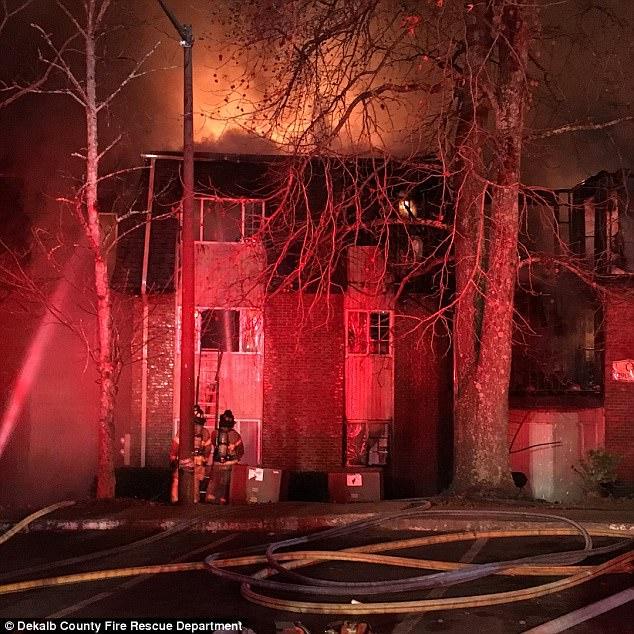 Giữa biển lửa dữ dội, cha nhanh trí ném các con ra khỏi ban công, giúp cả nhà 12 người sống sót nhiệm màu 003