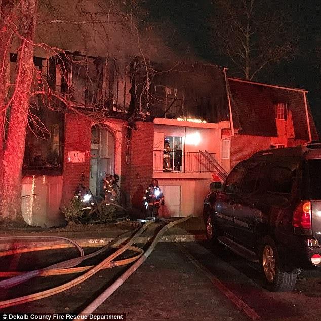 Giữa biển lửa dữ dội, cha nhanh trí ném các con ra khỏi ban công, giúp cả nhà 12 người sống sót nhiệm màu 004